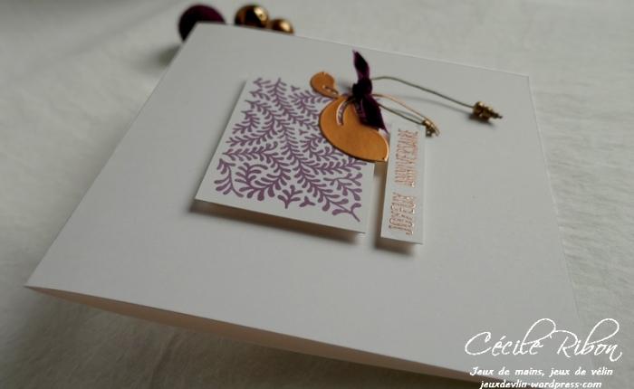 Carte d'anniversaire en Simply Graphic, nœud de velours et breloque perlée.